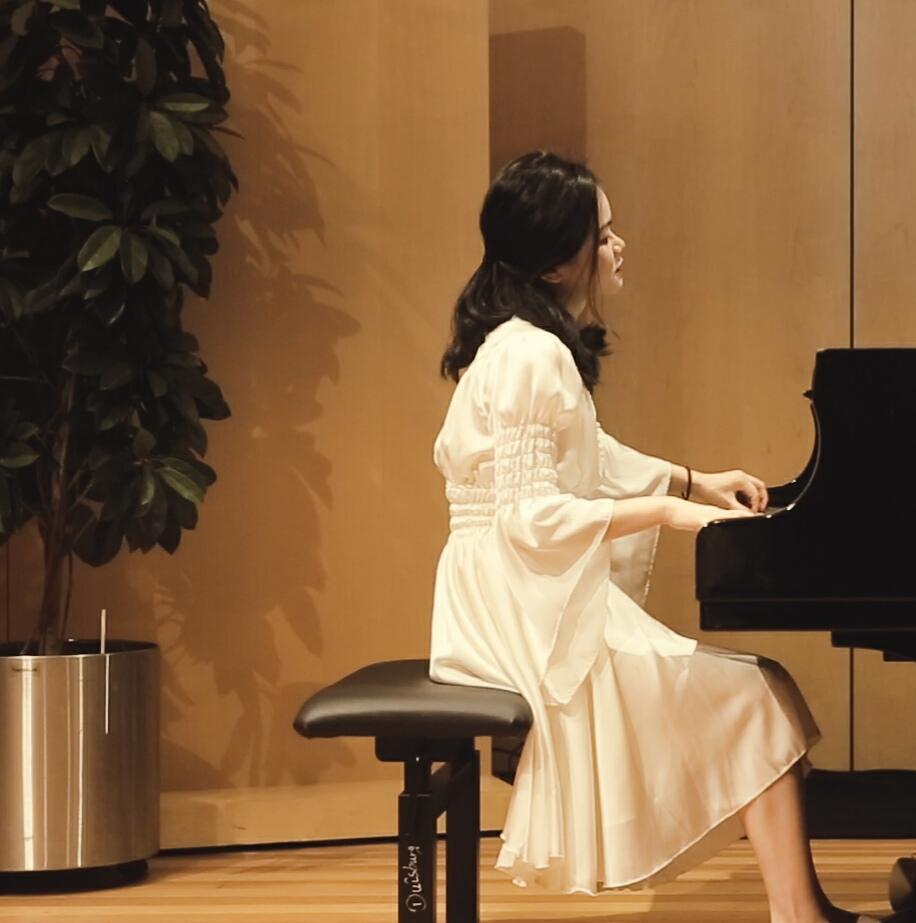 德国富克旺根艺术大学钢琴硕士.庞子心