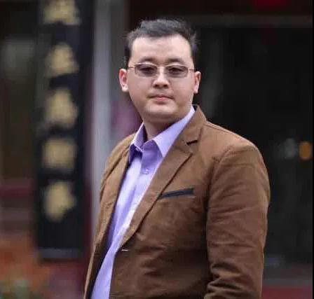 朱老师   字鲁丘   系中国书法家协会会员    中国著名青年书法家